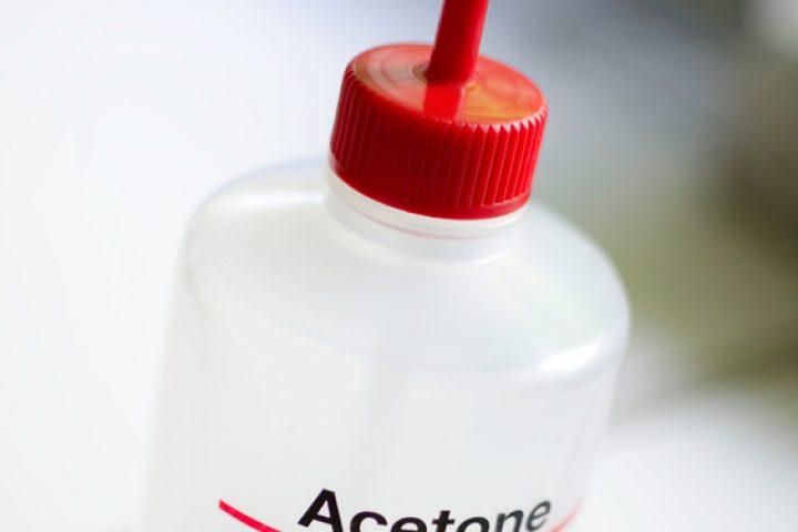 Aceton in Wasser lösen