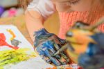 Acrylfarbe auf Hand