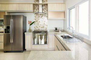 Kühlschrank neben Backofen