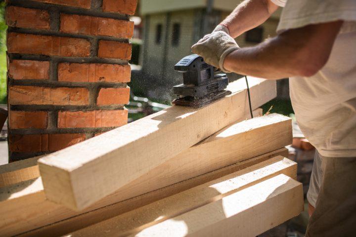 Holzbalken abschleifen
