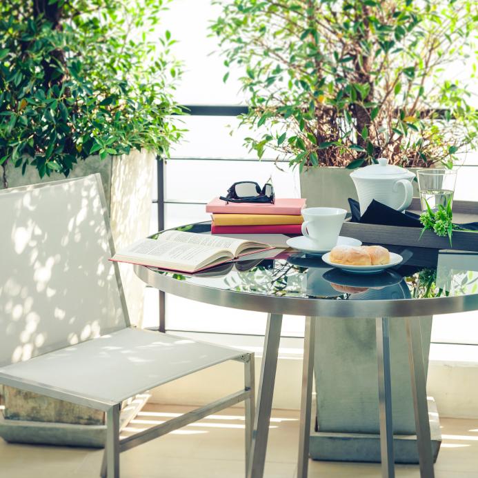 Ein Balkon kann leicht mit den geeigneten Möbeln und Schattenspendern ...