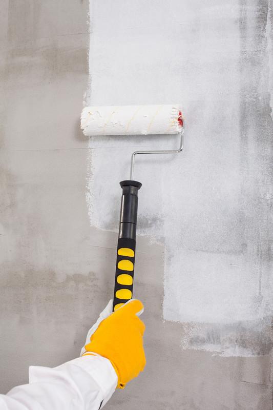 Betonmauer streichen