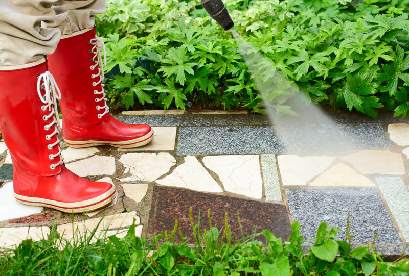 Gehwegplatten Streichen betonplatten gründlich reinigen so entfernen sie den schmutz