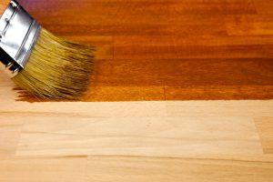 Bett aus Holz oder Metall streichen