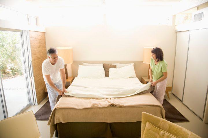 Bettdecke zurückschlagen
