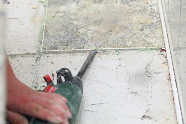 Bodenfliesen richtig streichen » Anleitung in 3 Schritten