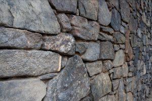 Bruchsteinmauer feucht