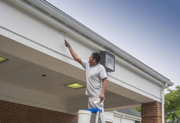 Dachüberstand streichen