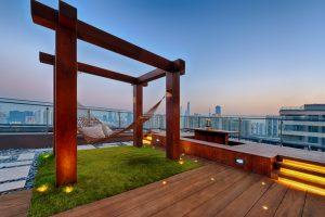 Dachterrasse mit Holzdielen
