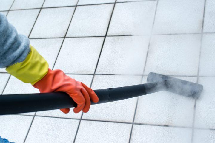 Fugen mit Dampfreiniger reinigen