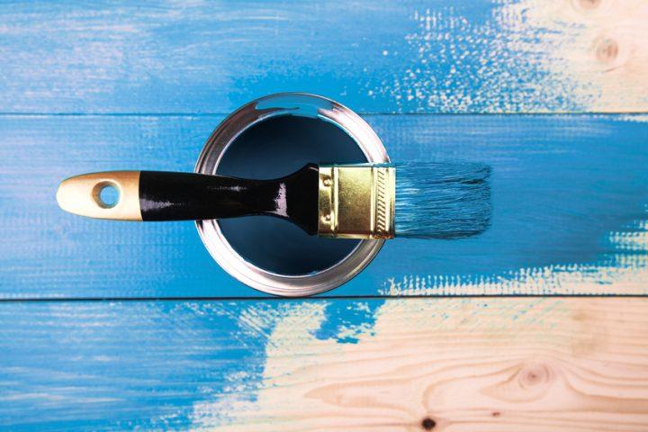 Holz mit Dispersionsfarbe streichen