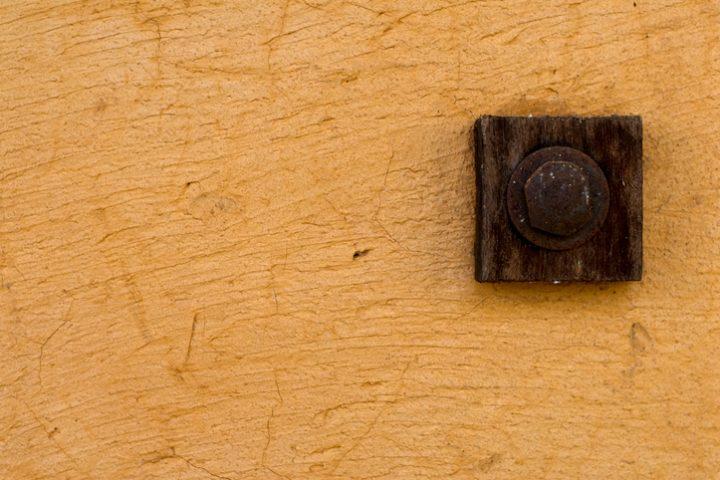 Schraube in Lehmwand befestigen
