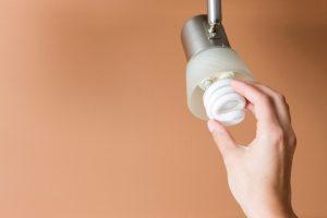 Energiesparlampe blinkt