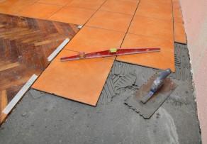 Fusboden Fliesen Verlegen : Fliesen aus Feinsteinzeug verlegen » So wirds gemacht