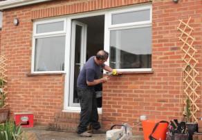 Fenster montieren detaillierte anleitung for Fenster sichern gegen aufhebeln