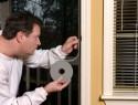Ein Fensterdichtband anbringen