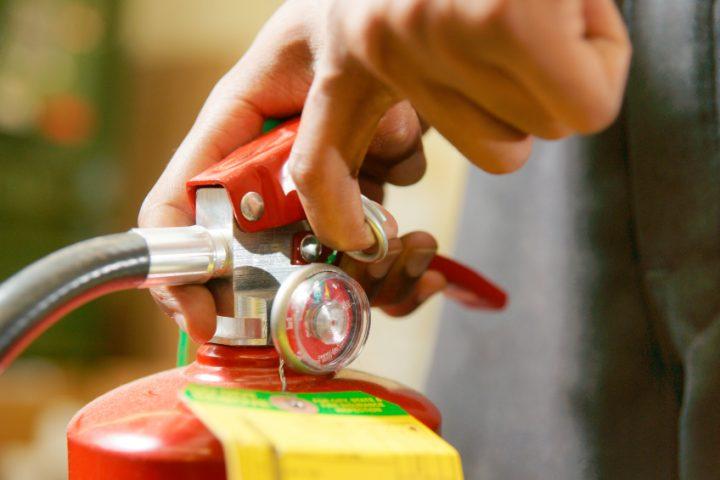 Feuerlöscher bedienen