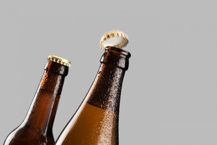 Flasche mit Flasche aufmachen