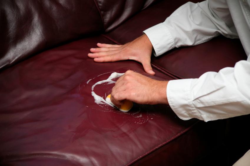 flecken von kunstleder entfernen diese hausmittel helfen. Black Bedroom Furniture Sets. Home Design Ideas