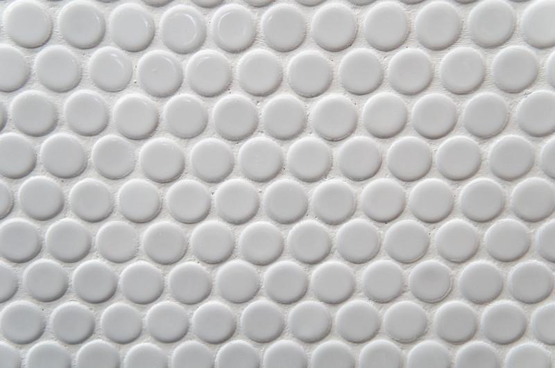 Der Sanitärraumklassiker erobert Wohnräume: weiße Fliesen