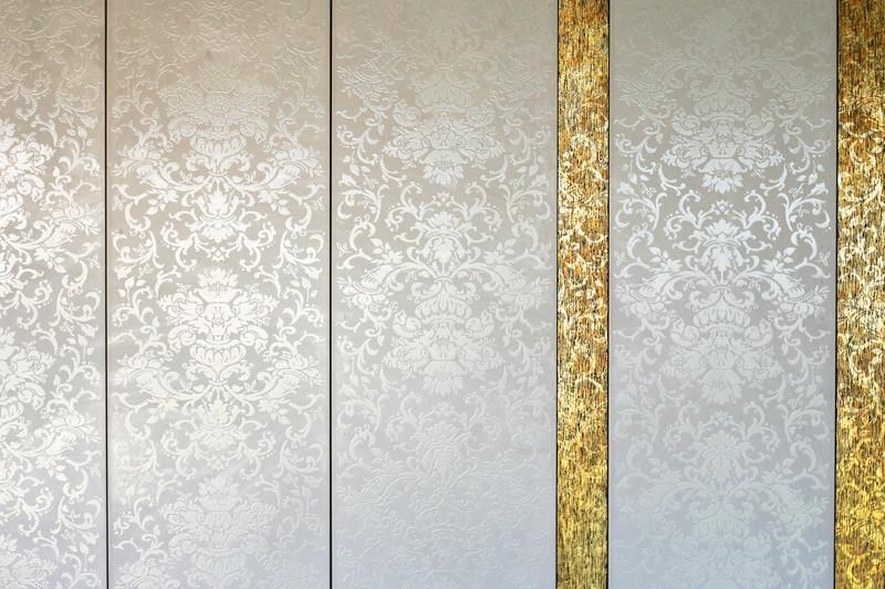 Schnell und einfach zum hellen Bad mit weißen Fliesenaufklebern