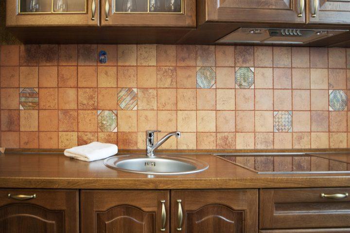 In der Küche alte Fliesen überkleben » Darauf sollten Sie achten