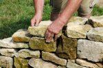 Gartenmauer aus Steinen