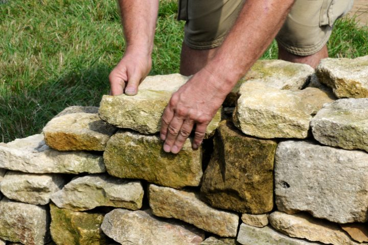 im garten eine steinmauer errichten » diese möglichkeiten haben sie, Garten und Bauen