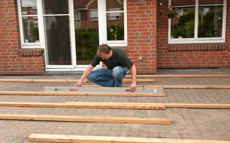 Eine terrasse im garten selber bauen 4 schritt anleitung - Terrasse hoher als garten ...