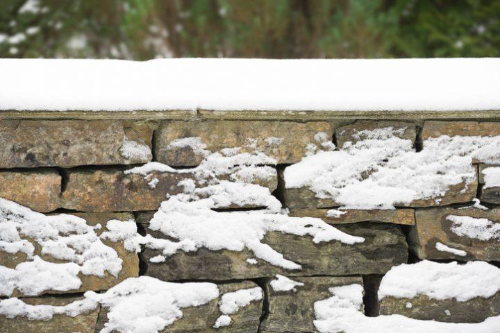 Mauer im Garten abdichten