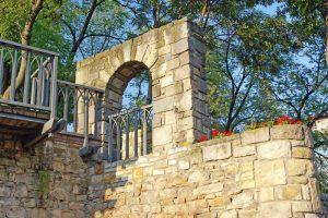 Gartenmauer mit Fenster