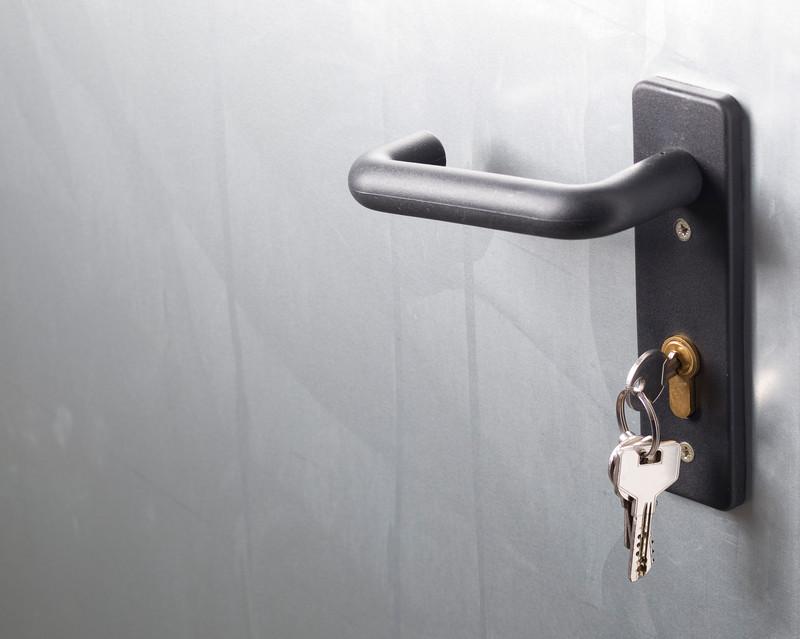 Einen Haustürschlüssel nachmachen lassen: Wo liegen die Kosten?
