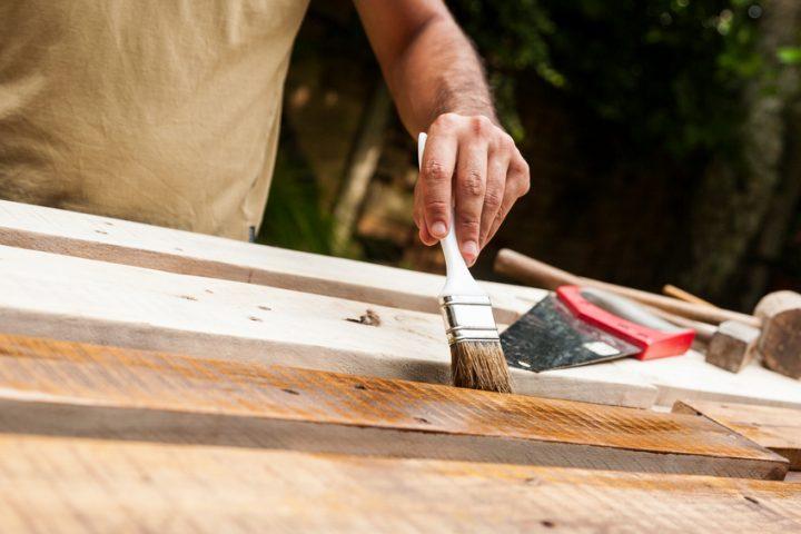 Holzbalken weiß lackieren