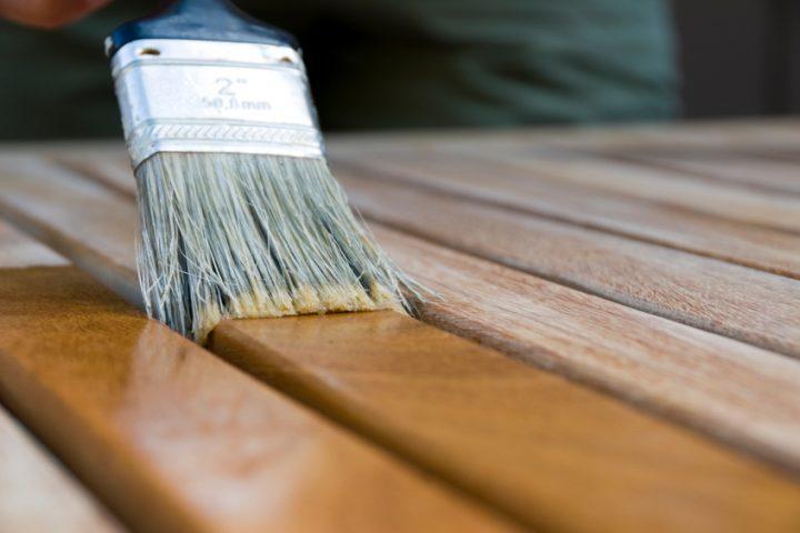Holzbett lackieren