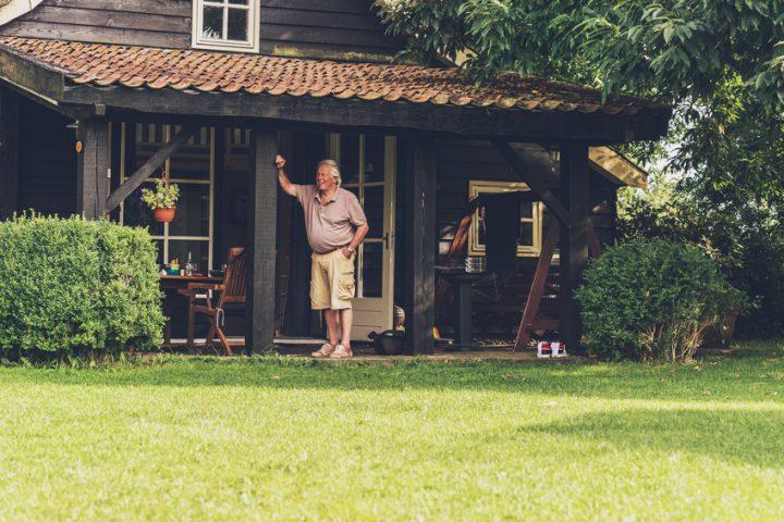Fußboden Im Holzhaus ~ Frau die an dem boden im holzhaus arbeitet stockbild bild von