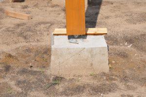 Holzpfosten auf Beton montieren