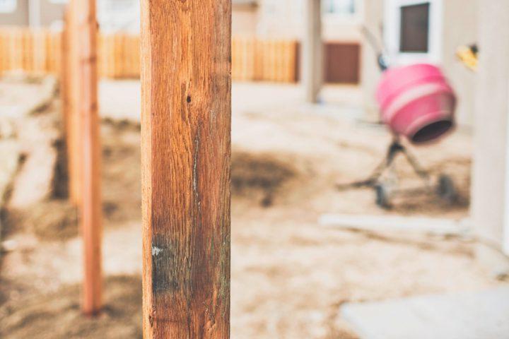 Holzpfosten Beton