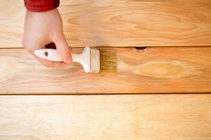 Holztisch mit Beize behandeln