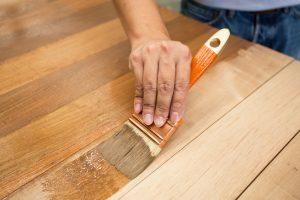 Holztisch lasieren