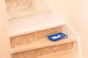 Holztreppe weiß lackieren