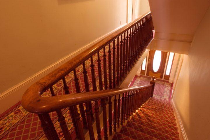 Holztreppen mit Teppich verlegen