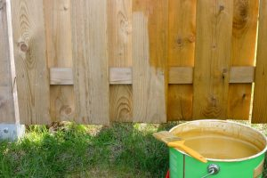 Holzzaun streichen