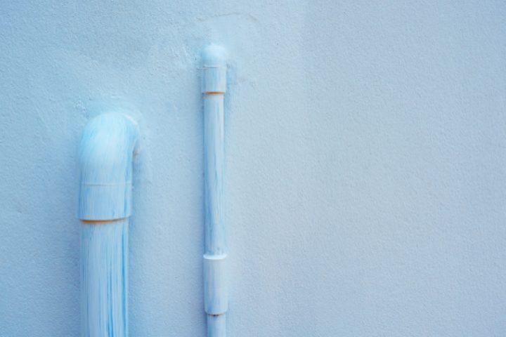 Abwasserohr streichen