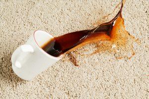 Kaffee-Flecken im Teppich entfernen