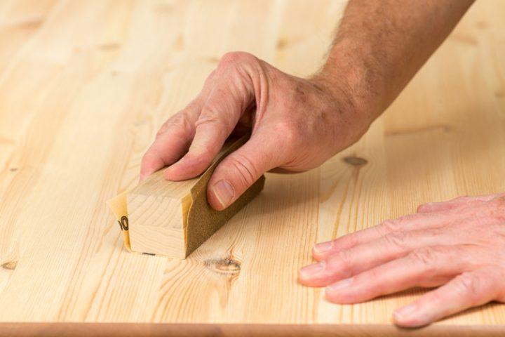 Kratzer auf Holz schleifen