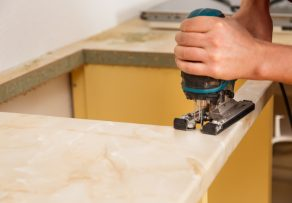Küchenarbeitsplatte installieren