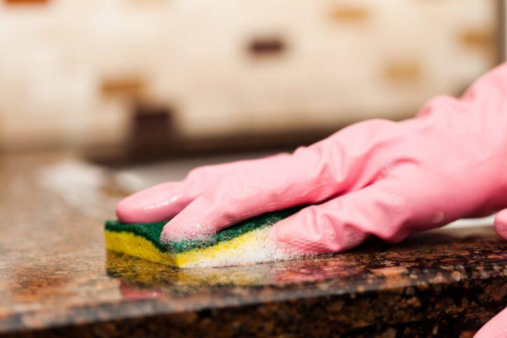 Küchenarbeitsplatte klebrig