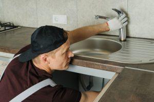 Küchenarmatur installieren