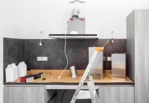 k chenr ckwand auf fliesen kleben das ist zu beachten. Black Bedroom Furniture Sets. Home Design Ideas