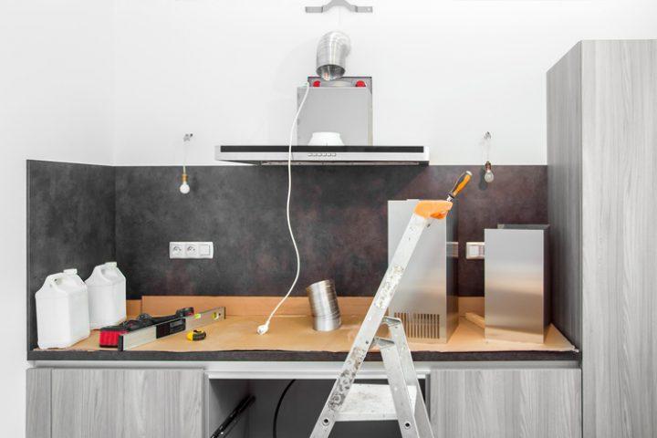 Küchenrückwand auf Fliesen kleben » Das ist zu beachten